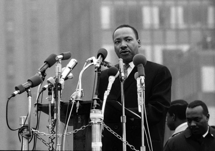 Le jeune Martin Luther King  voulait recourir à la luttearmée